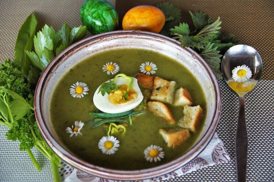 jarní detoxikační polévka s vajíčkem a sedmikráskami