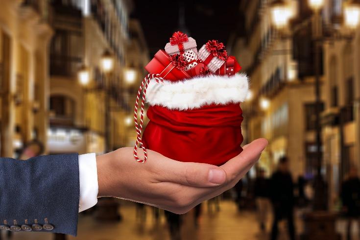 Až půl milionu Čechů si půjčuje peníze na vánoční dárky.
