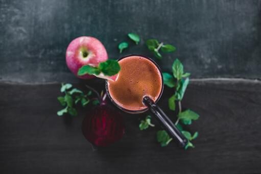 Ovocné smoothie na tmavém pozadí