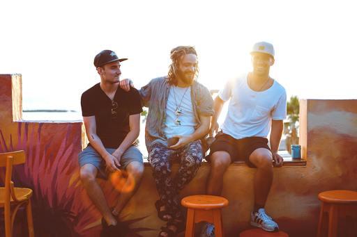 Tři muži sedící na verandě