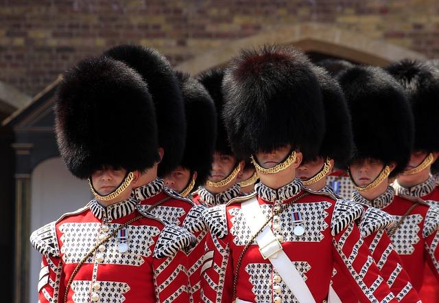 Střídání stráží u Buckinghamského paláce v Londýně.