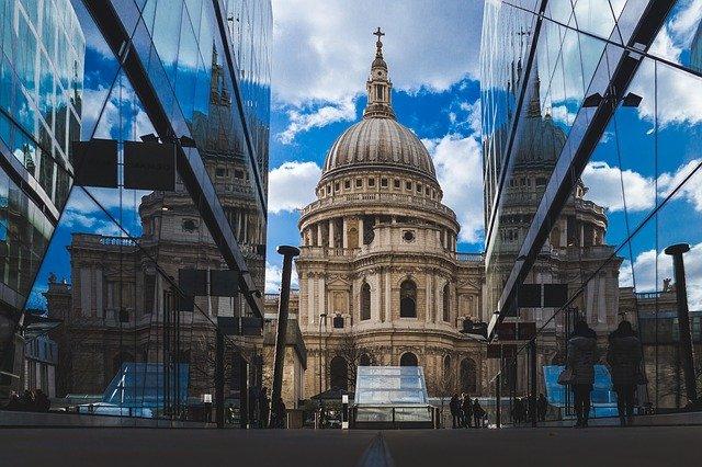 Pohled na katedrálu sv. Pavla v Londýně