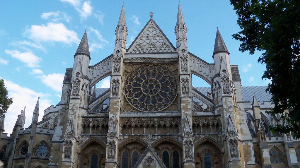 Westminster Abbey, místo korunovací a pohřbů královské rodiny.