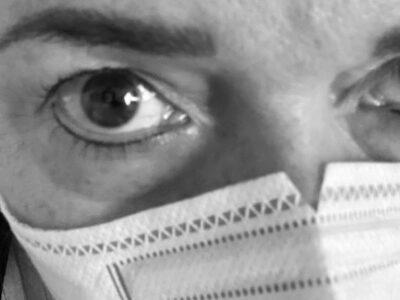 pleť pod rouškou - detail obličeje s respirátorem