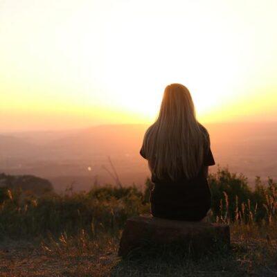 Žena při západu slunce