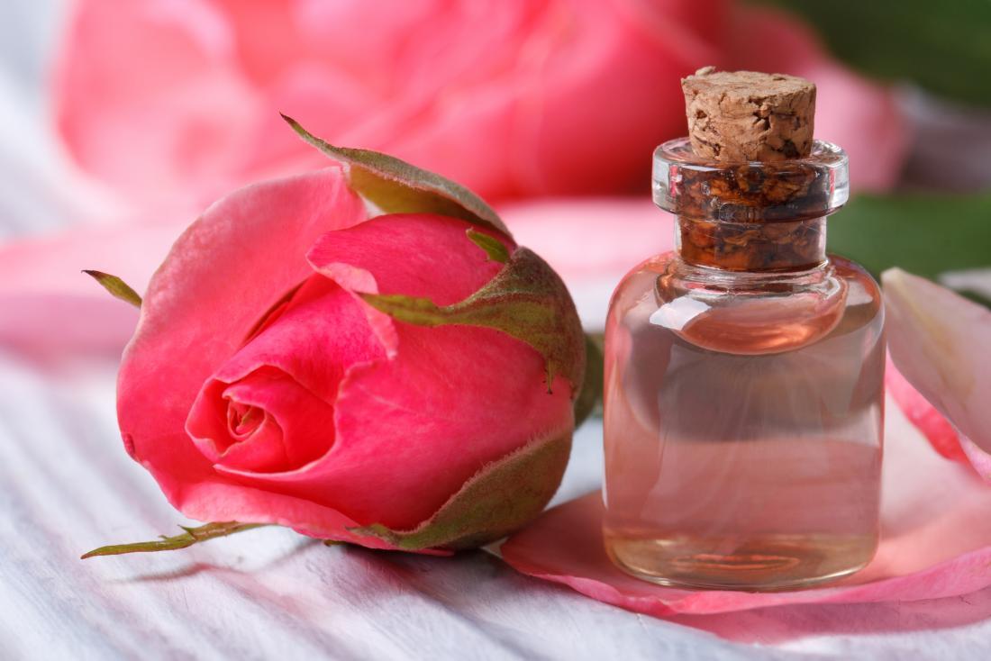 Růžová voda: Její blahodárné účinky a jak ji připravit doma