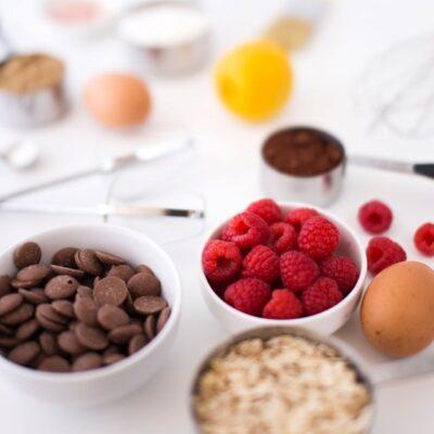 Příprava na bezlepkový dezert